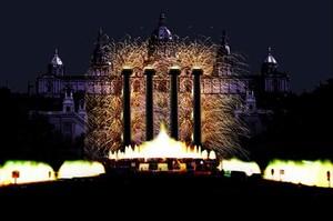 Arriba, imagen virtual de la Nochevieja prevista en Montjuïc. Abajo, fiesta de Fin de Año del 2016 en el Hotel W.