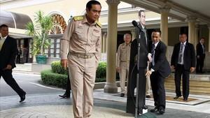 El general Prayuth se despide de la prensa y deja a su doble de cartón, en Bangkok