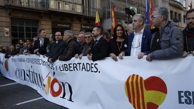 Centenares de personas se manifiestan en Barcelona por los 40 años de la Constitución
