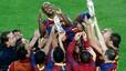 Vuelve Abi. Los jugadores del Barça mantean a Éric Abidal, que recibió una gran ovación al saltar al Camp Nou por primera vez tras la operación quirúrgica a la que fue sometido el pasado mes de marzo.