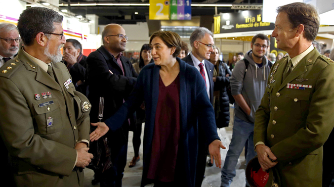 AdaColaulamenta la presència de militars en la inauguració del 27èSaló del'Ensenyamenta la Fira de Montjuïc.
