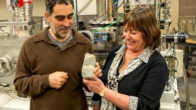 Los investigadores australianos Allen Nutman y Vickie Bennet muestran la roca sedimentaria con el f�sil de 3.700 millones de a�os, localizado en el sur de Groenlandia.
