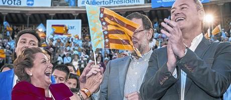 Barber�, exultante, con Rajoy y el presidente valenciano, Alberto Fabra, durante la campa�a del 24-M, antes del batacazo del PP.