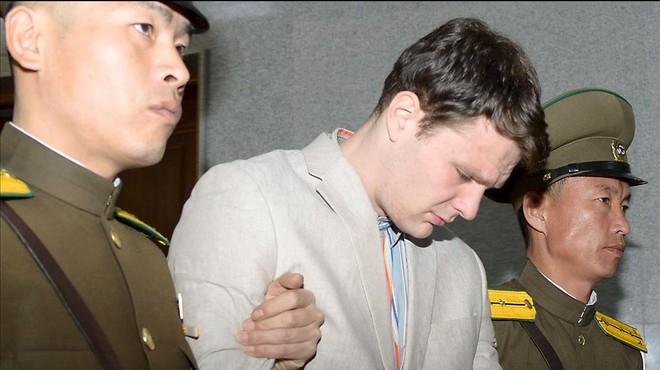 Corea del Nord allibera, en coma, l'estudiant nord-americà condemnat a 15 anys