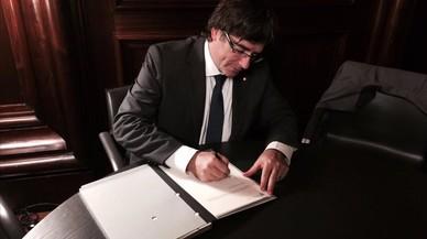 Puigdemont fa una crida a pressionar els alcaldes que no cedeixen locals per a l'1-O