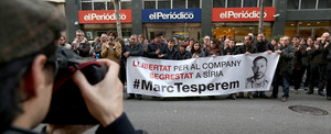 Compañeros de EL PERIÓDICO salen a la calle, como ya hicieron todos los miércoles, para pedir la liberación de Marc Marginedas, el 11 de diciembre del 2013.