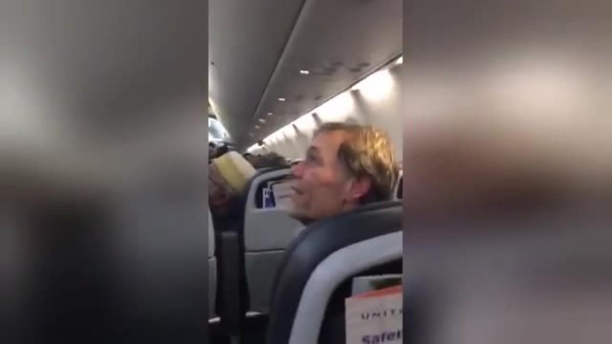 Júbilo en un avión en EEUU tras el desalojo de un hombre que profirió comentarios racistas