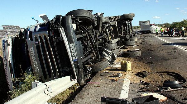 Dos morts en una col lisi entre dos camions i un turisme for El tiempo les borges blanques