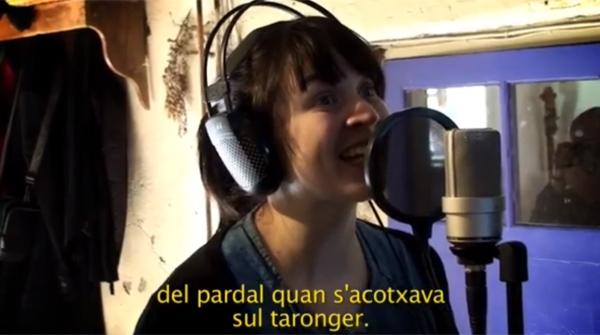 La cantante Anna Roig acompañada de los niños de La Bressola
