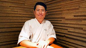 El 'itamae' Hideki Matsuhisa, maestro del cuchillo y el movimiento rápido de dedos.