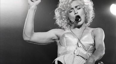 Actuación de Madonna en elEstadio Olímpico de Barcelona, en el verano de 1990, cuando inmortalizó los sotenes de Jean-Paul Gaultier.