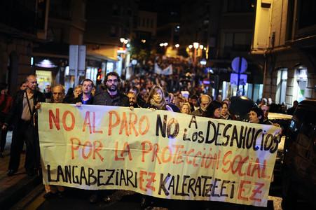 Miles de personas marchan en Barakaldo por el suicidio en un desahucio