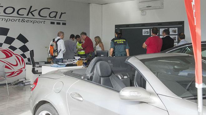 Agentes de la Guardia Civil registran el interior de EuroStockCar, en el pol�gono industrial el Segre de Lleida.
