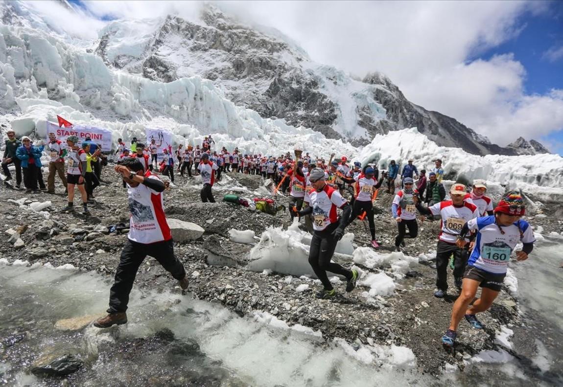 Participantes en el maratón más alto del mundo en las estribaciones del Monte Everest en el distrito de Solukhumbu de Nepal Gasping.