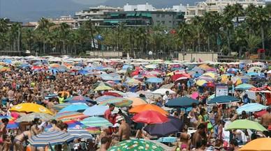 La playa de Llevant de Salou, llena de turistas.