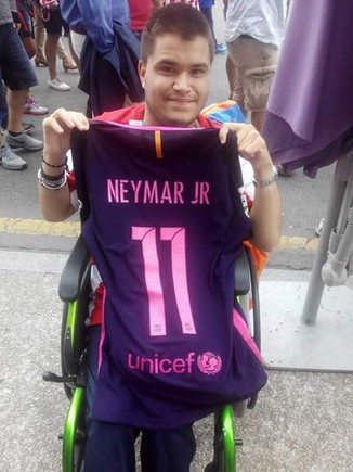 Sergio Gonz�lez, con la camiseta regalada por Neymar.