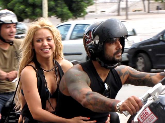 Shakira pasea en moto por la Barceloneta después de grabar su último videoclip.
