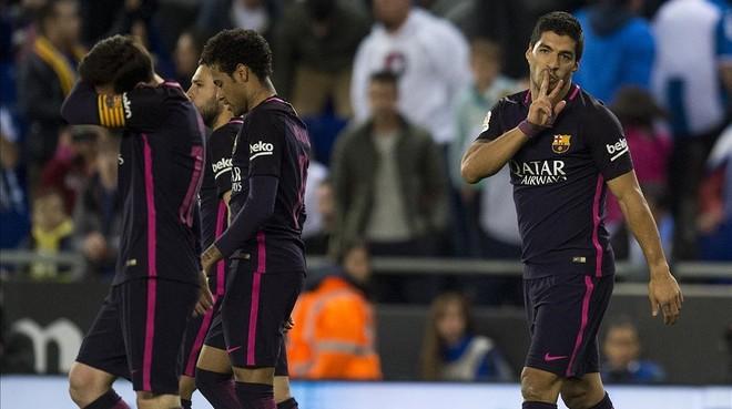 Suárez festeja su segundo gol, el 0-3 del Barcelona al Espanyol en Cornellà.