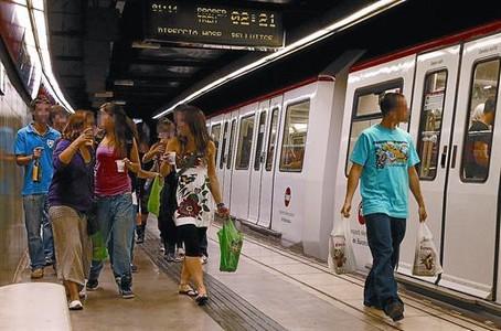 Jóvenes de botellón en el metro de BCN.
