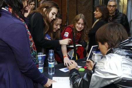 Bojan desata la locura de las fans en la firma de su libro - Casa del libro barcelona rambla catalunya ...