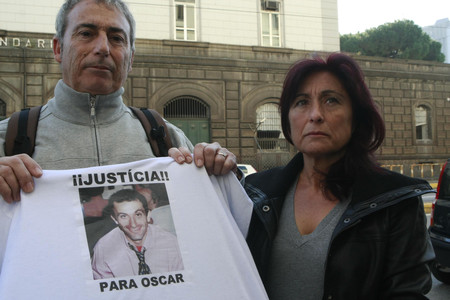 Jos Antonio Snchez, el hermano de scar, y su esposa reclaman su libertad ante la crcel de Poggioreale el pasado 8 de diciembre.