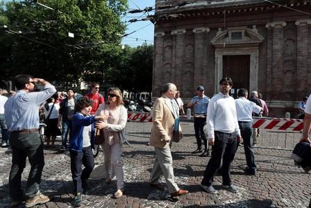 Vecinos de Módena, frente a la iglesia Voto, después del terremoto que ha sacudido este martes el norte de Italia.