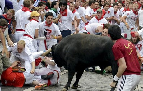 El toro rezagado del tercer encierro de los sanfermines.