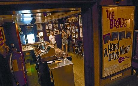 El bar-museo 8 Interior de La Garrafa dels Beatles, con las paredes repletas de detalles de la banda.