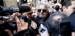 Grillo abandona entre una nube de periodistas el Hotel Universo de Roma, este lunes.