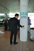 Un usuario prueba el terminal de tecnología NFC instalado en el aeropuerto de Barcelona durante la celebración del pasado Mobile World Congress.