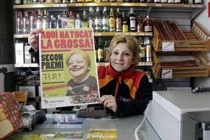 Eva Oliveras, dependienta de la gasolinera de lEscala, con el número ganador del segundo premio.