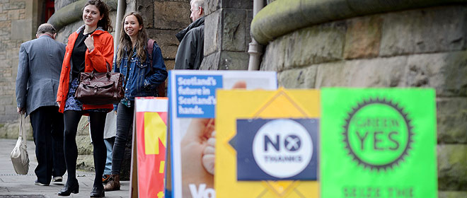 Dos escocesas, a la salida de un colegio electoral de Edimburgo.