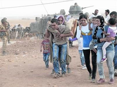 Refugiados kurdos sirios cruzan la frontera y entran en Turqu�a, el s�bado.