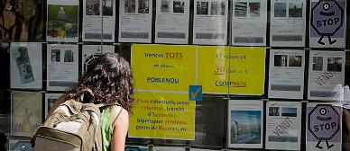 Oferta de pisos en una inmobiliaria de Barcelona.