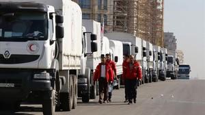 Un convoy de la Media Luna Roja se prepara para salir de Damasco hacia las áreas sitiadas de Madaya y Zabadani, este miércoles.