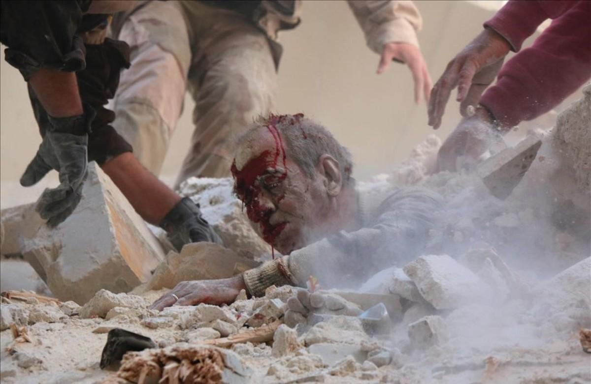 Rescate de una víctima de los bombardeos en Aleppo, SIria.
