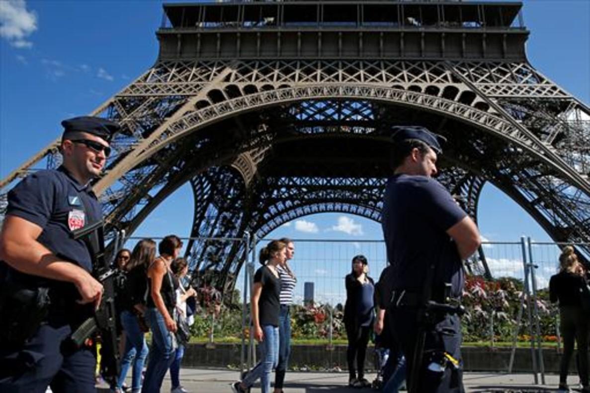 Vigilancia policial en la Torre Eiffel