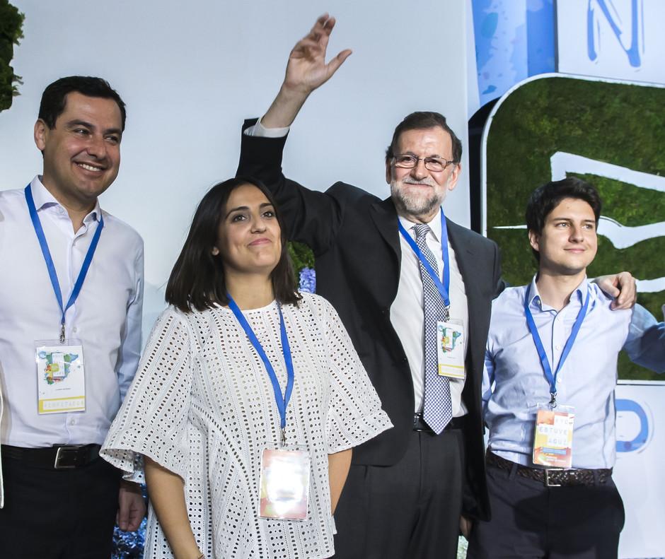 De izquierda a derecha, el líder del PP andaluz, Juanma Moreno; la hasta ahora líder de Nuevas Generaciones, Beatriz Jurado; Mariano Rajoy y Diego Gago, que estará ahora al frente de la organización.