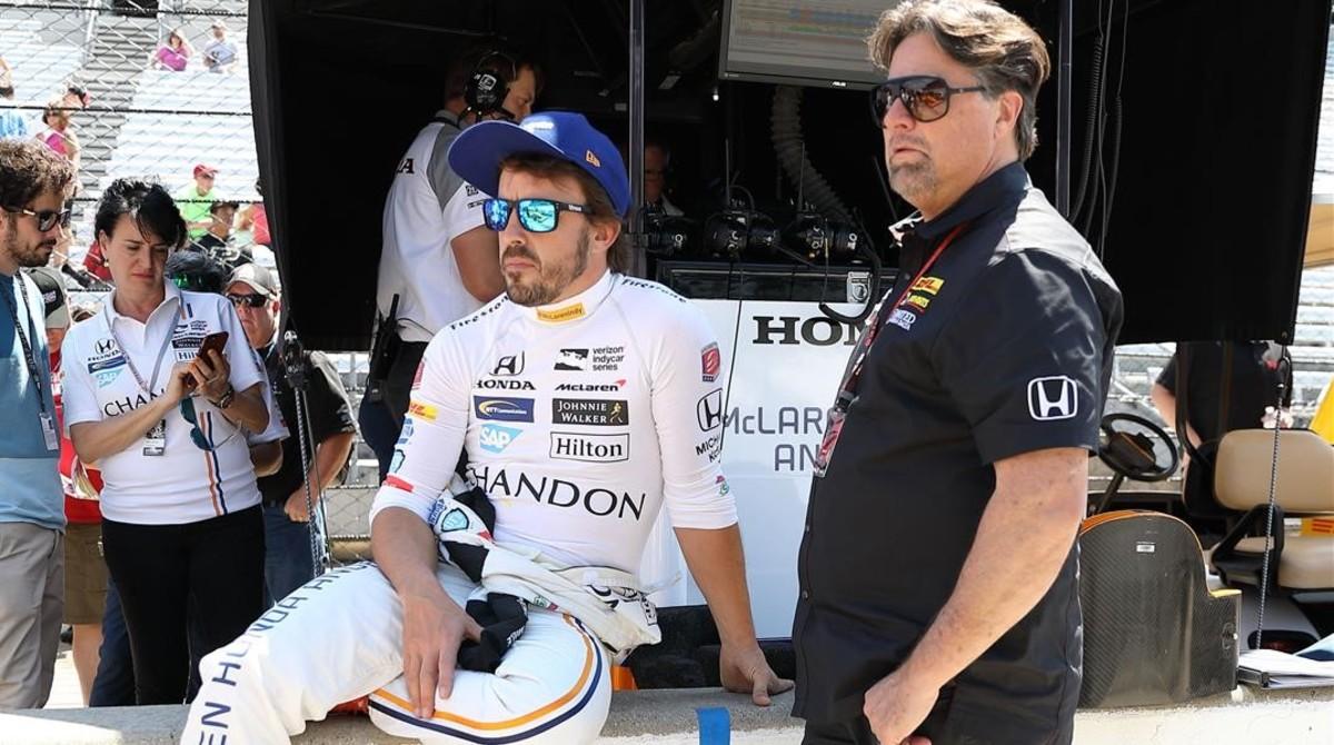 Fernando Alonso, junto al dueño del equipo en el que corre en Indy, Michael Andretti, en un descanso de los entrenamientos.