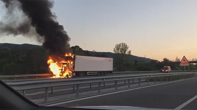 Aparatoso incendio de un camiu00f3n en la AP-7 a la altura de Martorell