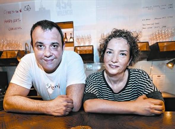 Dani Lechuga y Maria Lluïsa Corvillo, tras la barra de Bardeni: atención a los azulejos con la carta.
