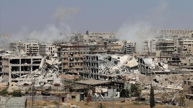 Columnas de humo desde edificios durante bombardeos del r�gimen para retomar el control del distrito de Leramun, en manos de los rebeldes, en el noroeste de Alepo, el 26 de julio.