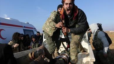 Un combatiente del ejército sirio librese lamenta cerca del cuerpo de su hermano quemurió durante una ofensiva contra los combatientes del Estado Islámico para tomar el control de la ciudad de Qabasin, Siria.