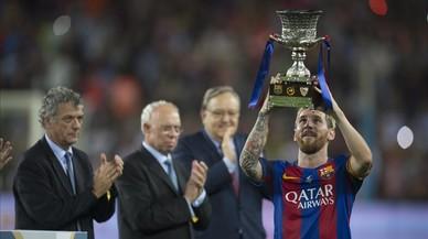 El Barça aixeca la Supercopa amb el somriure de Messi i Arda