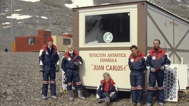 Primer campamento españolen la Antártida, en la isla Livingston, germen dela futura base Juan Carlos I.Antoni Ballester es el segundo por la izquierda.