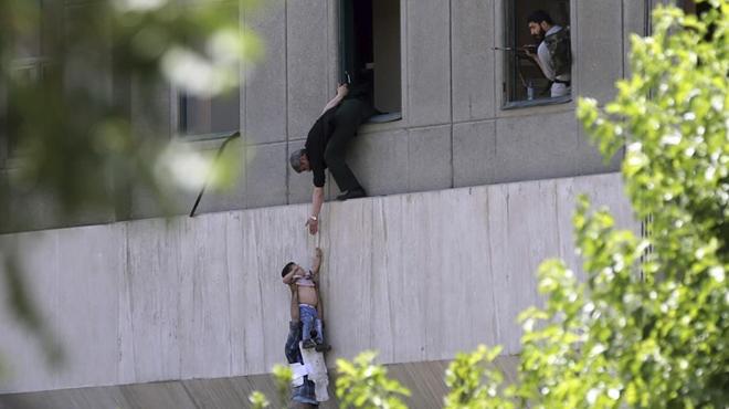 Policias iraníes ayudan a escapar del parlamento a los civiles.