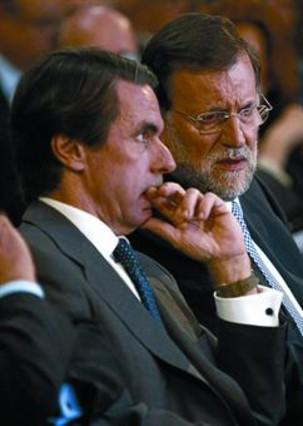 Aznar no da tregua a Rajoy y elabora su propia reforma fiscal