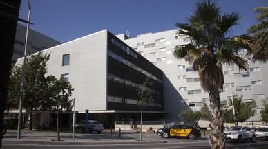 Hospital Quir�nSalud en la plaza Alfons Com�n de Barcelona este martes.