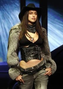 Philipp Plein incendia la pasarela de Milán con la top Naomi Campbell como protagonista