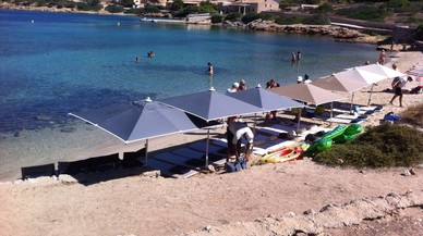 Baleares multará a los yates que montaron un 'beach club' en Cabrera